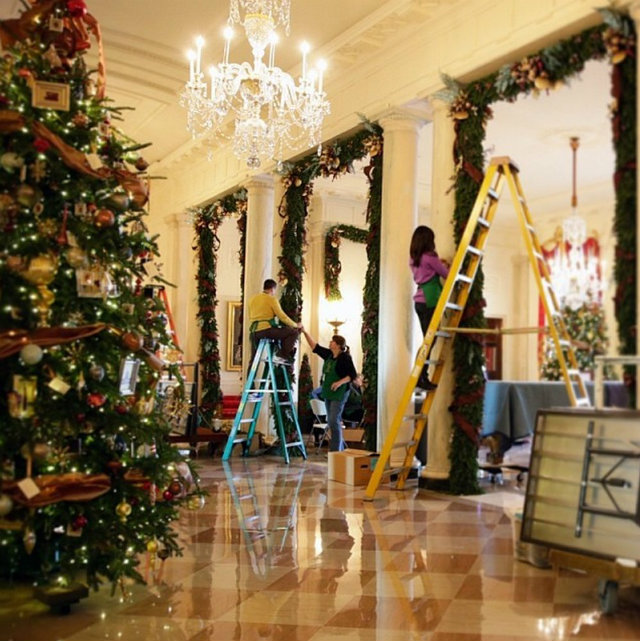 Celebrities christmas trees los angeles homes for Celebrity christmas home decorations