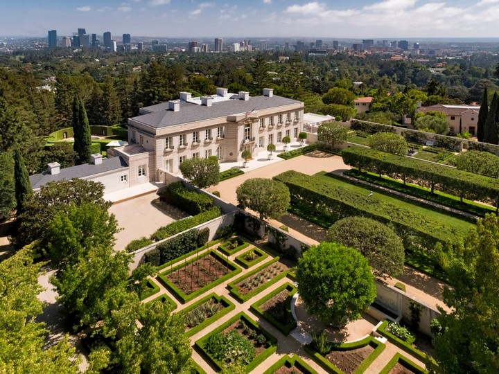 Gaze at Chartwell Estate, The Mesmerizing Mansion in L.A. chartwell estate Gaze at Chartwell Estate, The Mesmerizing Mansion in L.A. Observe the Marvelous Landscape Design of a 245M Los Angeles Mansion 6