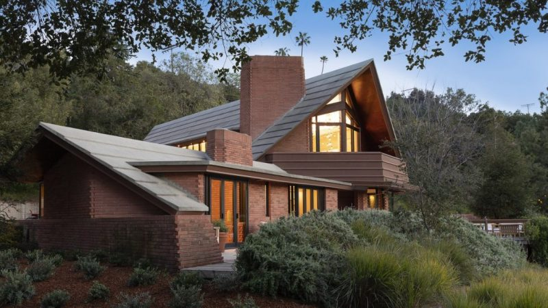 Frank Lloyd Wright's Amazing Newman Residence Is For Sale lloyd wright Frank Lloyd Wright's Amazing Newman Residence Is For Sale 14148WSunset 02 1 e1555328423579